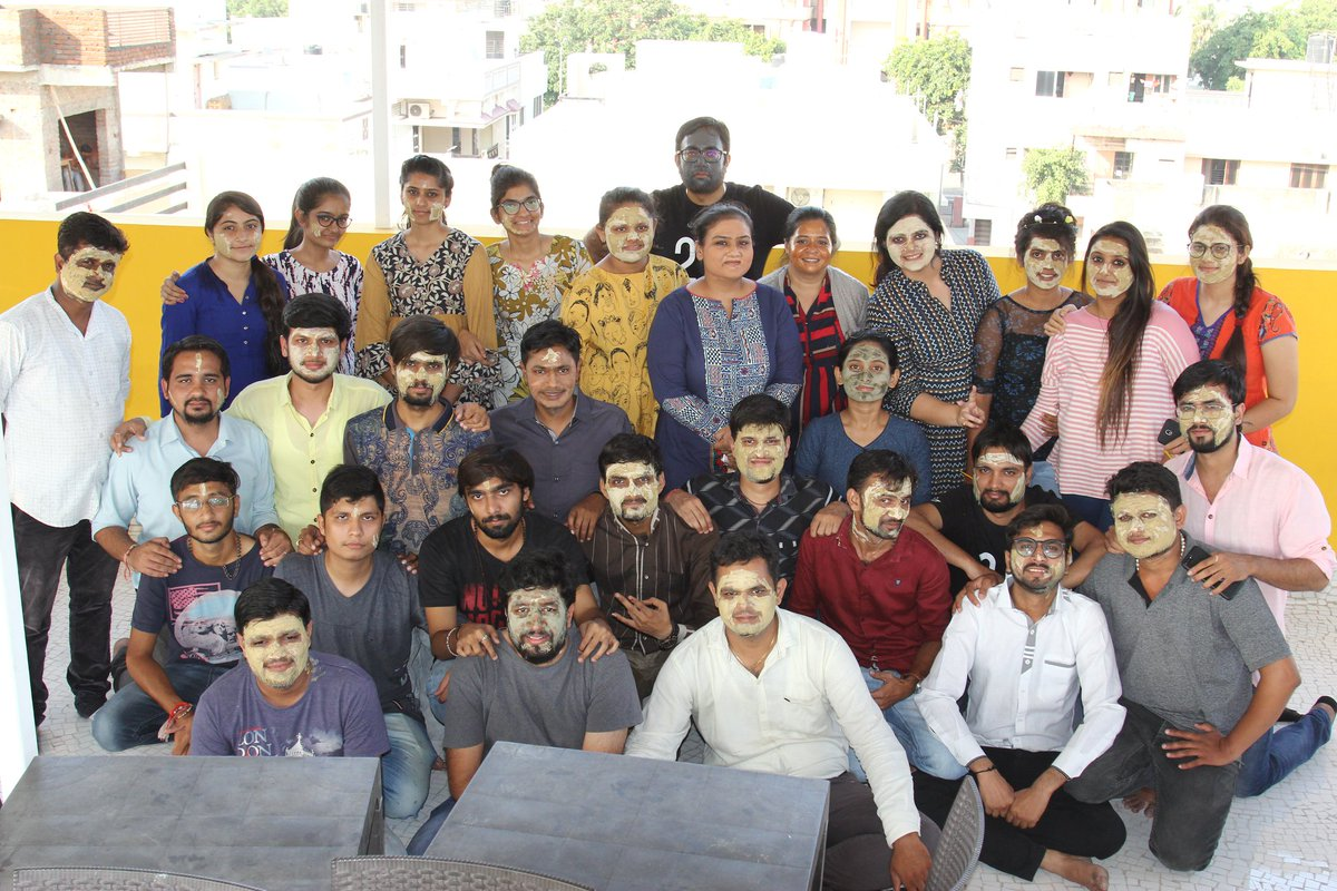 It's all about establishing an atmosphere where people feel positive and feel the spirit of festival. And today we had grooming session while working.  Check out our colorful happy faces!  #TeamCompuBrain #CompuBrain #CompanyCulture #facepack https://t.co/4ld8ESBj2C
